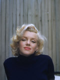Marilyn Monroe on Patio Outside of Her Home Aluminium par Alfred Eisenstaedt