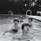Paul McCartney, George Harrison, John Lennon and Ringo Starr Taking a Dip in a Swimming Pool Reproduction d'art par John Loengard