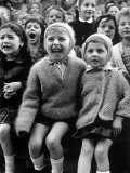 Children Watching Story of St. George and the Dragon at the Puppet Theater in the Tuileries Aluminium par Alfred Eisenstaedt