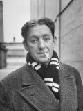 Actor Alec Guinness Dangling Cigarette from His Lips, on Movie Lot Aluminium par Alfred Eisenstaedt