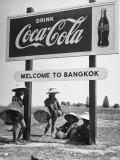 "Billboard Advertising Coca Cola at Outskirts of Bangkok with Welcoming Sign ""Welcome to Bangkok"" Papier Photo par Dmitri Kessel"