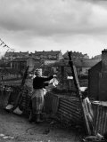 Woman Hanging Wash in a Dublin Slum Papier Photo par Tony Linck