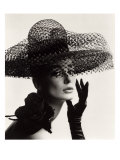 Tania Mallet in a Madame Paulette Stiffened Net Picture Hat, 1963 Reproduction d'art par John French