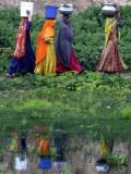 Pakistani Women Walking Home after Collecting Fresh Water on the Outskirts of Islamabad Papier Photo