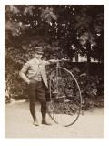 Edouard Eiffel  tenant un bicycle