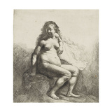 Femme nue assise sur une butte