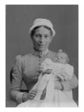 Portrait de femme avec un bébé dans les bras
