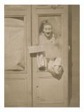 Pierrot enjambant une porte-fenêtre