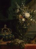 Reine Marie-Antoinette assise  en manteau bleu et robe blanche  tenant un livre à la main