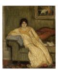 Femme assise dans un canapé
