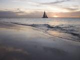Catamaran at Sunset Seen from Bucuti Beach Resort on Eagle Beach Papier Photo par Holger Leue