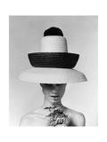 Vogue - June 1963 - Galitzine Hat Reproduction d'art par Karen Radkai