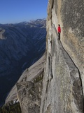 A climber walks a 40-foot-long sliver of granite on Half Dome, named the Thank God Ledge. Papier Photo par Jimmy Chin