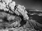 Mount St. Helens Eruption and Mount Hood Papier Photo par Bettmann