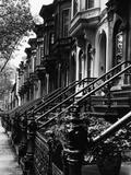 Enfilade de maisons identiques du XIXe siècle à Brooklin, New York Papier Photo par Karen Tweedy-Holmes