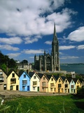 St. Coleman's Cathedral of Cobh Behind Colorful Row Houses Papier Photo par Charles O'Rear