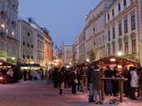 Stalls and People at Christmas Market  Stadtplatz  Steyr  Oberosterreich (Upper Austria)