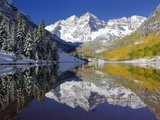 The Maroon Bells Casting Reflections in a Calm Lake in Autumn Papier Photo par Robbie George