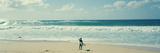 Surfeur sur la plage, North Shore, Oahu, Hawaii, Etats-Unis Papier Photo par Panoramic Images