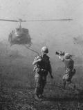 Vietnam War US Helicopter Landing Papier Photo par Henri Huet