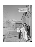 Roy Takeno (Editor) and Group Reading Manzanar Paper [I.E. Los Angeles Times] in Front of Office Reproduction d'art par Ansel Adams