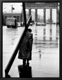 Homme portant une croix, Berlin, Octobre 1961 Tableau sur toile encadré par Toni Frissell