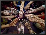 Jeunes filles pakistanaises montrant leurs mains décorées au henné pour le festival musulman de Eid-Al-Fitr Tableau sur toile encadré par Khalid Tanveer