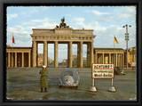 Berlin coupée en deux : la porte de Brandebourg se dresse, solitaire, entre l'Est et l'Ouest - Berlin, Allemagne Tableau sur toile encadré