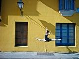 Ballet in the Colonial Streets of Old Havana Papier Photo par Kike Calvo