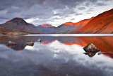 Scafell Range across Reflective Waters of Wast Water, Lake District Nat'l Pk, Cumbria, England, UK Papier Photo par Julian Elliott