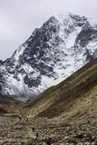 Trekkers Hiking Along the Route to Everest with Lobuche Behind Papier Photo par Jonathan Irish