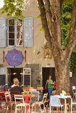 Outdoor Cafe in the Town of Saint Remy De-Provence, France Papier Photo par Brian Jannsen