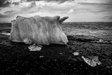 A Small Iceberg on a Volcanic Rock Beach at Jokulsarlon Lake, a Glacial Lagoon Papier Photo par Jonathan Irish