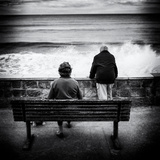 Elderly Couple Watch the Waves Papier Photo par Rory Garforth