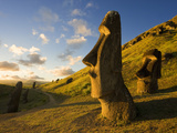 South America, Chile, Rapa Nui, Easter Island, Giant Monolithic Stone Maoi Statues at Rano Raraku Papier Photo par Gavin Hellier