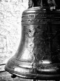 The Liberty Bell, Philadelphia, Pennsylvania, United States, Black and White Photography Papier Photo par Philippe Hugonnard