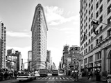 Black and White Photography Landscape of Flatiron Building and 5th Ave, Manhattan, NYC, US Papier Photo par Philippe Hugonnard