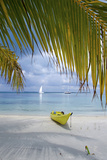 Kayak on White Sand Beach, Southwater Cay, Stann Creek, Belize Papier Photo par Cindy Miller Hopkins