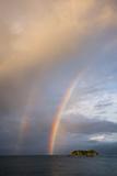 A Double Rainbow over the Pacific Ocean Papier Photo par Michael Melford