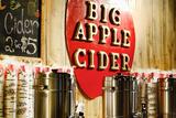 Big Apple Cider for Sale at the Christmas Market in Bryant Park, Papier Photo par Sabine Jacobs