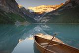 Canoe on Lake Louise at Sunrise Papier Photo par Miles Ertman