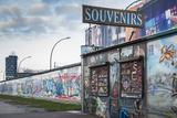 Germany, Berlin, Friendrichshain, East Side Gallery, Murals on the Berlin Wall, Souvenirs Papier Photo par Walter Bibikow