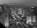 United States of America, Nevada, Las Vegas, Elevated Dusk View of the Hotels and Casinos Along the Papier Photo par Gavin Hellier
