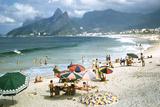 1957: Copacabana Beach, Rio De Janeiro, Brazil Papier Photo par Dmitri Kessel
