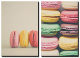 A Rainbow Selection of Sweet French Macaroons Sitting in a Row Tableau multi toiles par Laura Evans